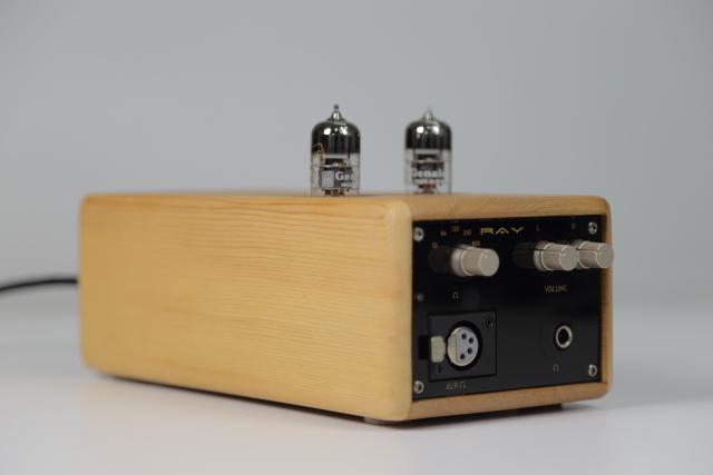 Ray 6922外觀上最大的特色就是實木外殼,賦予質樸古拙的典雅風格。內部還有一個鐵殼內箱,所有組件均裝載於鐵殼裡,再把整個鐵殼如抽屜般滑入木盒,箱體結構十分扎實。