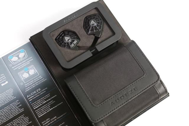 打開外盒就能看到耳機本體,還有一個布質攜行袋,所有線材、配件都塞在裡面。