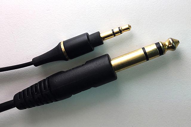 過去的非平衡式耳機端子,無論其直徑為6.3 mm或是3.5 mm,皆是採用TRS型式,端子上有兩個黑環將端子上的金屬部位分成三個接點,前端負責傳輸左聲道的正極訊號,中段負責傳輸右聲道的正極訊號,而左右聲道的負極則共用端子底部。