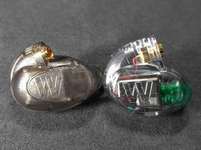 左側是前代UM Pro 30,採用霧黑色的半透明外殼,隱隱約約可以看見裡面有3只平衡電樞單體。右側則是現役的新版本,外殼改採用「Water-clear」的透明設計,一眼就能看清楚耳機內部結構、導線與單體數量,照片中看到綠色的部分是導音管結構,而綠色則是UM Pro 30的專屬顏色,如果是橙色為UM Pro 10、藍色為UM Pro 20、最高階的UM Pro 50則為黑色。