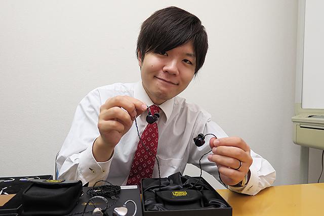 中嶋孝仁先生在進入Cyras之前曾經擔任過動漫的配音員,對於動漫相關的文化與音樂自然有相當程度的了解。據說,他們正在策畫一款特別適合用來聆聽ACG的耳機,上市日期保密中。